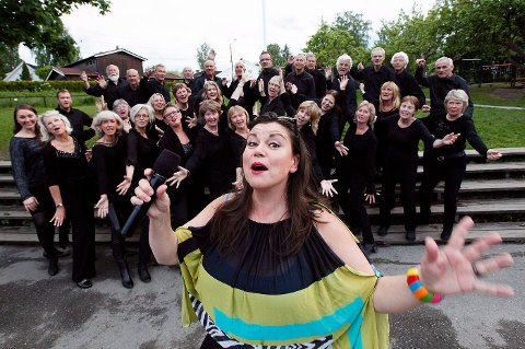 KOMMER: Dansebanddronningen Jenny Jenssen ser frem til å kaste sommerglede over Holmen seks helger i sommer. Her fra konsertturneen og Askerkoret i fjor med Mellomsemt.