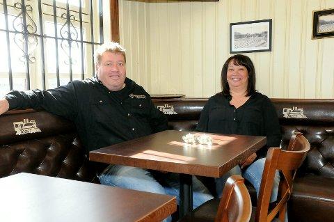 Ole Einar Kristiansen og Debbie Hefele kan bekrefte at det er godt å sitte rundt bordet på Toget.