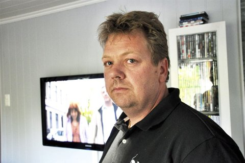 Jan Arve Sakshaug i Tvervedveien i Slagen kan bli pålagt av Post- og teletilsynet å kvitte seg med plasma-TV-en sin. Grunnen er at den forstyrrer naboens radioamatørvirksomhet. Familien Sakshaug er ganske opprørt over at de må kvitte seg med et lovlig produkt av hensyn til naboens hobby.