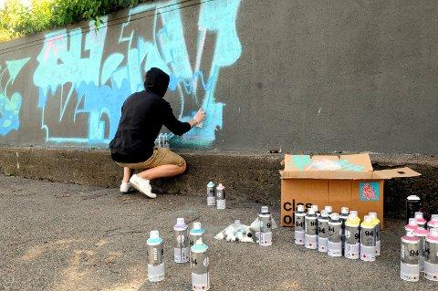 Denne graffitikunstneren var glad for å få lov til å tagge på Esso bensinstasjon på Kaldnes.