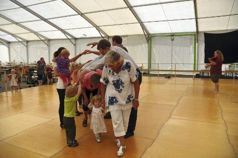 Svinger seg: Med bestemor er Erle Olivia med på dansen.