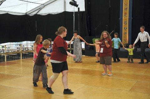 Leder: Else (fiolin) og Inga (fremst) leder barna i dansen.