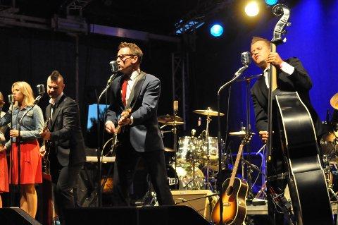 BØD OPP TIL DANS:  Heine Totland og Buddy Holly The Concert hargleden for å spille for et stort publikum på Skifestivalen i kveld. ALLE FOTO: LARS NORSTED
