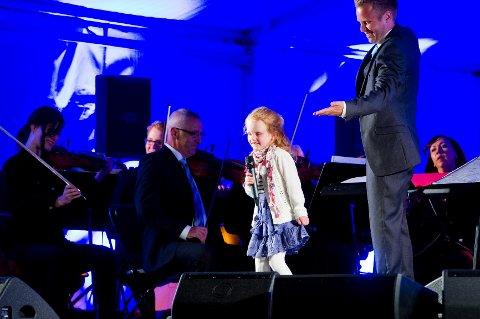 """Lille Leah Hyldmo (7) sjarmerte de nærmere 600 publikummerne i senk med sin fremføring av Annie-låten """"Tomorrow""""."""