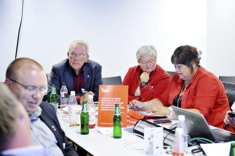 FERDIG: Steinar Gullvåg (til venstre) må innse at han mister plassen på Stortinget. Arbeiderpartiet trøster seg med at det fortsatt er størst på Stortinget og at det, i egne øyne, har gjort en god valgkamp. Videre mot høyre Kirsten Wroldsen og Sonja Mandt. Foto: Anne Charlotte Schjøll
