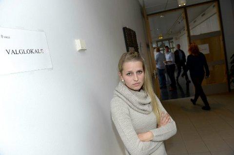 FORVIRRET: Tonje Merethe Hilmarsen (25) fra Årnes fikk ikke legge stemmeseddelen i valgurna, fordi det allerede var krysset av bak navnet hennes i mantallet da hun kom for å stemme.