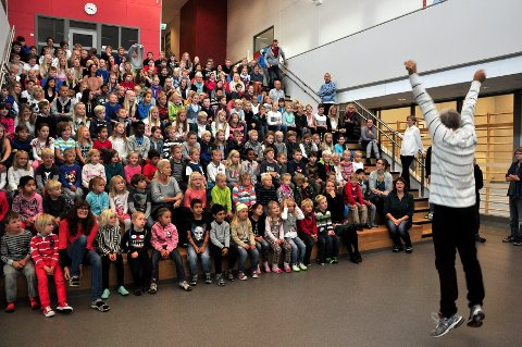 PÅ HJEMMEBANE: Rektor Ingo Weschke hopper av glede over endelig å kunne ta i bruk den nye skolen. Alle foto: Trude Brænne Larssen