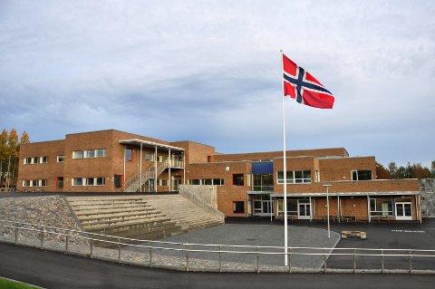 FLOTT BELIGGENHET: Første skoledag var det all grunn til å flagge på Åsgården skole.