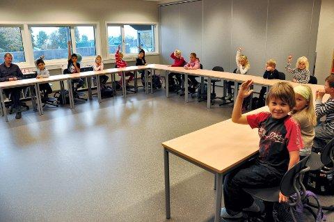 APOSTLENES HESTER: Klasse 1A på Åsgården er kjempefornøyde med å ha fått en helt ny skole. De aller fleste rekker opp hånden på spørsmål om de har brukt beina og gått til skolen. Det har ikke vært mulig før.
