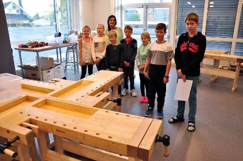 NYE TOMTER: Fjerdeklassingene fikk omvisning i den nye skolen av to av elevene fra sjuende klasse, Rania Rustan og Markus Ingvaldsen.