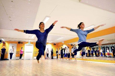 SVEVER INN I DANSEN: Det er et hjertelig gjensyn med danseverdenen, hver mandag klokken 20.00, når unge voksne og godt voksne kvinnelige og mannlige dansere samles i Studio 2 på Extend Art of Dance. – Det er så god energi her, sier Carmina Villafranca Jensen og Tonje Eriksen.