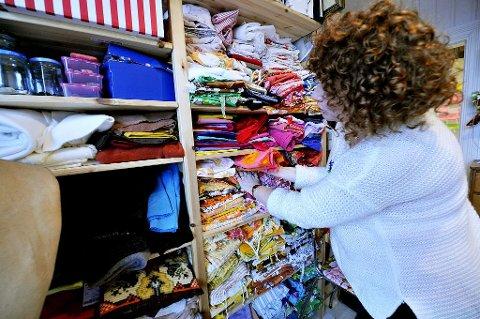 REOLEN FULL: Gjennom mange år har Lene Noss Dittmansen samlet på retrostoffer fra loppemarkeder, og reolene er fulle av fargeglade stoffer.
