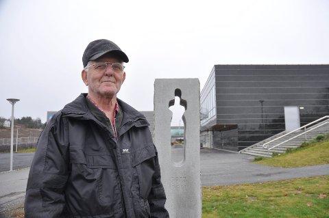 Eldreleder Bjørnar Ottesen ber politikerne om å ikke flytte 22. juli-minnesmerke ved Vestby videregående. Nå slutter Vestby historielag seg til, og saken behandles av kommunestyret i kveld.