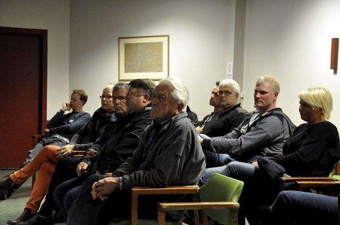 FORTVILET: Forsamlingen fra Bolkesjø og Helleberggrenda ser tegninga. Det blir etter all sannsynlighet et mottak med 500 på Bolkesjø.
