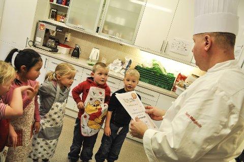 Bakermester Geir Bakke besøkte Møllenhof barnehage. Alle ble titulert pepperkakemester på hver sin diplom.