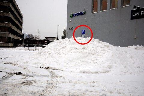 Snøen ved parkeringsplassen utenfor Lierbyen har neppe et blått handikapbevis å sikte til. Men i skrivende stund vet vi ikke hvem som har brøytet parkeringsplassen.