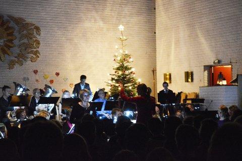 """Solist Elin Rosseland synger """"Merry Christmas to you"""" mens Kolbotn Konsertorkester spiller melodiøs instrumental musikk. ALLE FOTO: KRISTINE M. PINANEZ"""