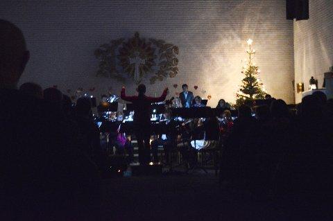 Inne i kirken var det mørkt og få lyste opp som stjerner, liknende de melodiøse tonene fra konserten.