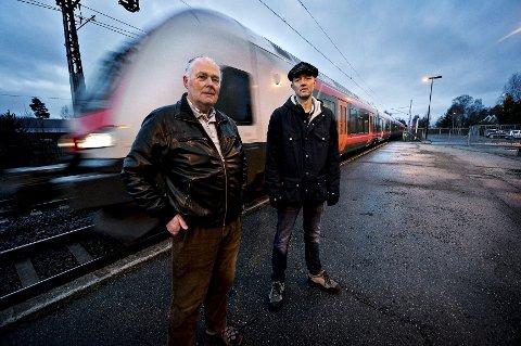 Leder i aksjonsgruppen for bevaring av Steinberg stasjon, Olav Gåserød (t.h.) og leder i Eiker pendlerforening, Erling Havik frykter at stasjonen ikke blir åpnet igjen i år, slik den tidligere regjeringen lovte.