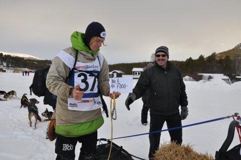 Arnt Ola Skjerve smilte fra øre til øre da han fikk overrakt 7.000 kroner fra Folldalsordfører Egil Eide ved ankomsten i Grimsbu.