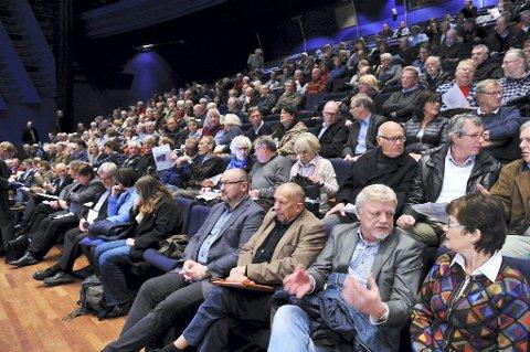 Det svar stort engasjement fra publikum på folkemøtet om nytt veisystem i Tønsberg-regionen. De aller fleste som hadde ordet, vil ha Vestfjord-forbindelse med vei mellom Borgheim på Nøtterøy og Skjee i Stokke. Dette er er en løsning som ikke er anbefalt og som Stokke dessuten sier nei til.