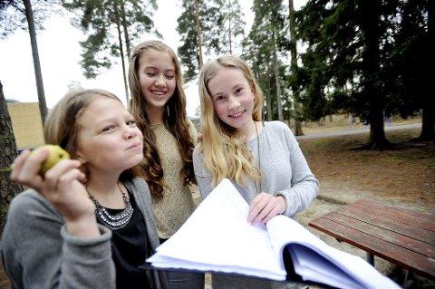 Sjuendeklassingene Agnes Hager (fra venstre), Helene Viken og Selma Turiddatter Michelsen på Byskogen skole i Tønsberg har samlet inn underskrifter for å bevare skolefrukten neste år.
