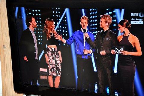 Vokalist Knut Kippersund Nesdal takket låtskriverne Magnus Hængsle og Jenny Moe. Til høyre programlederne Jenny Moe og Erik Solbakken