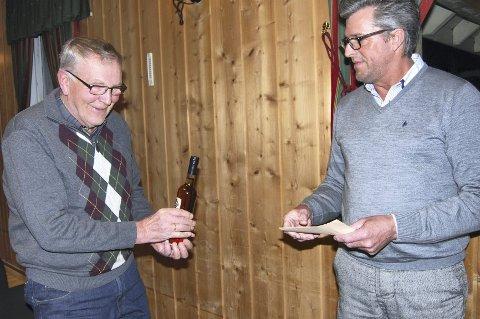 Hedret: Jan Rustad (t.v.) ble hedret etter 40 års tjeneste av  leder Rune Nymoen Larsen .
