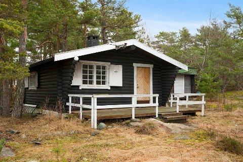 Denne lille hytta i skogkanten på Manstad var byens billigste da den ble lagt ut for 250.000 kroner. Sluttprisen ble også lav, selv om budkamp førte prisen opp til 320.000 kroner.