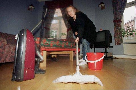 Støvsugeren kan du fortsatt bruke, men såpe og vann på gulvet tilhører forrige århundre, mener vaskeekspertene.