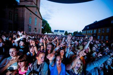 Bildet er tatt i 2009, under Kaizers Market-konserten. I år blir det enda mer folk på Kirketorget.