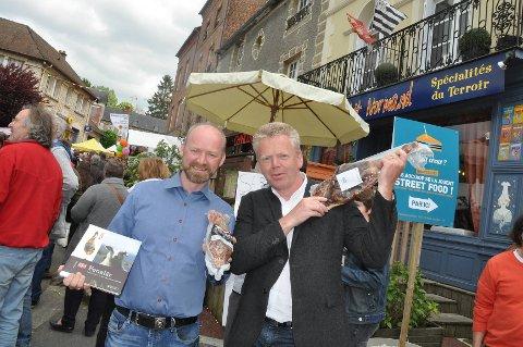 Eirik Pallin fra Tynset og Per Berg fra Tønsberg solgte fenalår i franks skinkeland sist helg. Det gikk strålende.