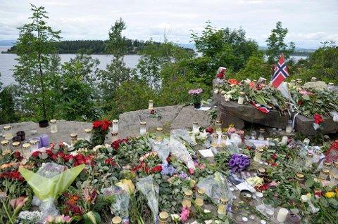 Dette bildet er tatt 26. juli 2011. Helt siden terrorangrepet har folk lagt ned blomster på denne steinen. Nå sier lokalbefolkningen nei til flere blomster.