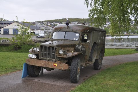 PROSJEKT: Denne doningen, en Dodge ambulanse, er under restaurering. 25 gamle biler deltok i helgens veteranbilsamling.