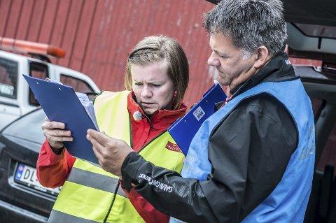 PLANEN: Leder Anja Lillehaud for saneringsteamet viser en av hennes kolleger hva de skal gjøre.