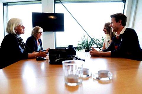 Stine Kåsamoen og Tommy Bjørndal Olsen (på høyre siden av bordet) gleder seg til å flytte inn i nyinnkjøpt enebolig. De sjekket ulike banker og endte som lånekunder hos Danske Bank. Det gleder banksjef Liv Hotvedt (bak til venstre) og autorisert rådgiver Heidi Askjem.