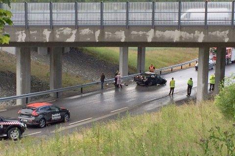 Her havnet personbilen etter å ha kjørt over en kant på E18 ved Bommestad.