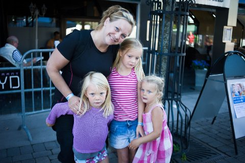 Glade: Eli Akermann og barna Tuva, Una og Maja gleder seg til barnivalen.