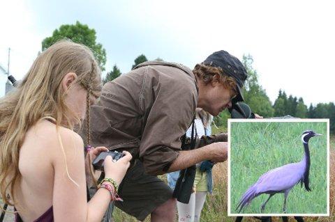 FUGLEENTUSIASTER STRØMMER TIL: Geir Klaveness hadde tatt med seg døtrene Iben og Elin til fugleopplevelsen i Kjose.