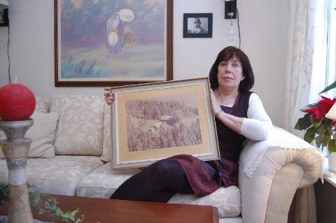 Grethe Slevigen synes det er leit at hun ikke får kjøpe barndomshjemmet Granerud i Kråkstad   av Ski kommune.   Huset er ubeboelig, mener kommunen. Bildet av gården er tatt   i femtiårene.   Foto: Bengt Røsth