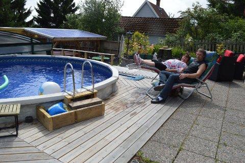 Heidi Helen og Jan Stene Reime trenger ikke å dra noe sted for å få feriefølelse. I hagen sin har de anlagt både basseng og jacussi.