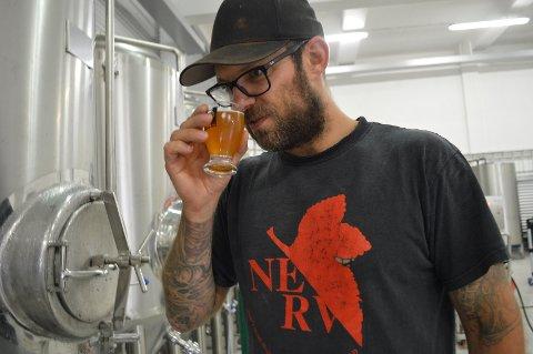 Bryggmester Christer Edvartsen sjekker at brygget hans holder mål. Onsdag skal ølsortene fra Torp lanseres.