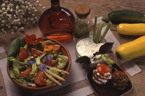 Fristelser: Fargerike fristelser på matbordet er noe av det du kan lære om på gratis kurs med utgangspunkt i urtehagen på Domkirkeodden.Foto: Hedmarksmuseet