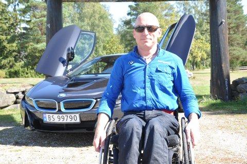 Fred Halvorsrød lar ikke tilværelsen i rullestol sette noen begrensninger for seg:  - Jeg synes man må gjøre det beste ut av det, uansett hvordan livet er blitt, og se muligheter og ikke begrensninger, sier Fred.