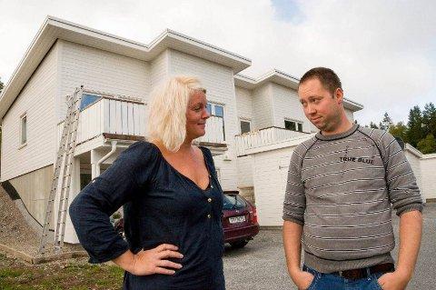 – Boligene har feil og mangler, men naboforholdet er heldigvis svært godt, sier Vibeke Øvre og Anders Ekelandsdal.