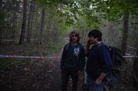 METALLDETEKTOR: Øyvind Dyrøy (15) og Kevin Liland (16) gikk med metalldetektor i skogen ved Rørestand da de kom over gjenstanden søndag kveld. (Foto: Per Gilding)