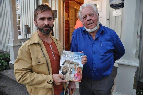 Formgiver Petter Nyquist (t.v.) og Henning Karlstad med det rykende ferske eksemplaret av Å sa du?.