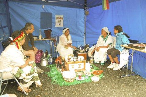 KAFFE PÅ ETIOPISK VIS: Mekdes, Hiberet og Askal Gugssa (til høyre) viser hvordan kvinnene lager kaffe helt fra de røde kaffebønnene blir brent til kaffen blir servert. ALLE FOTO: METTE KVITLE