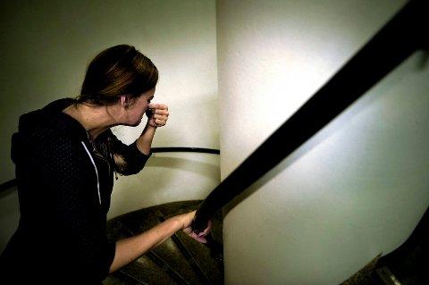 I snart to år har kvinnen latt bopelen sin stå tom på grunn av vond lukt fra naboen nedenunder. Nå må forrige eier ta tilbake leiligheten.