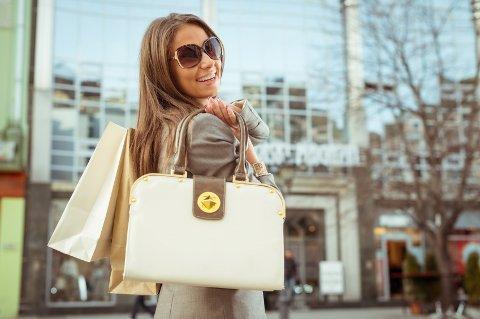 Unge jenter har med dyre merkevesker på skolen og på handletur. Mange av dem blir stjålet.